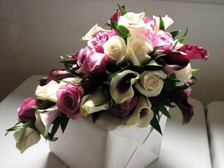 Cascading bridal bouquet - Droit d'auteur: Wikipédia – License CC0