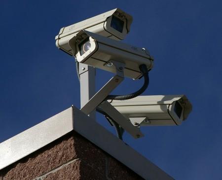 Three Surveillance cameras - Droit d'auteur: Wikipédia – License CC0
