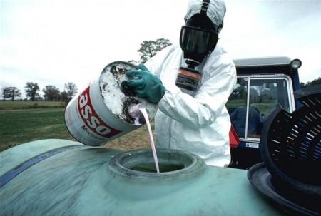 Utilisation d'un herbicide - droit d'auteur : Wikipedia – License Domaine Publique