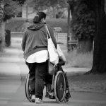 Aider Fauteuil Roulant Femmes Vieux Rue Accessible - Droit d'auteur: Pixabay – License CC0