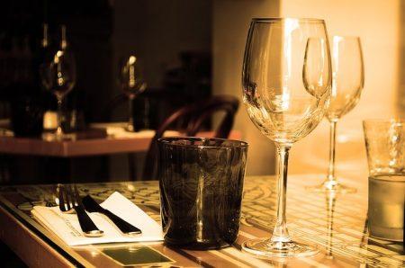 Table Restaurant Meubles Verre Vin Boire - Droit d'auteur: Pixabay – License CC0