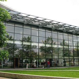 """Bâtiment """"Le Tambour"""" de lUniversité Rennes 2 sur le campus de Rennes en France. En plus que quelques services liés à l'administration, il est un auditorium de 200 places."""