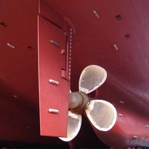 ánodos de sacrificio en el buque y el timón de codast de un barco Ship's rudder and propeller