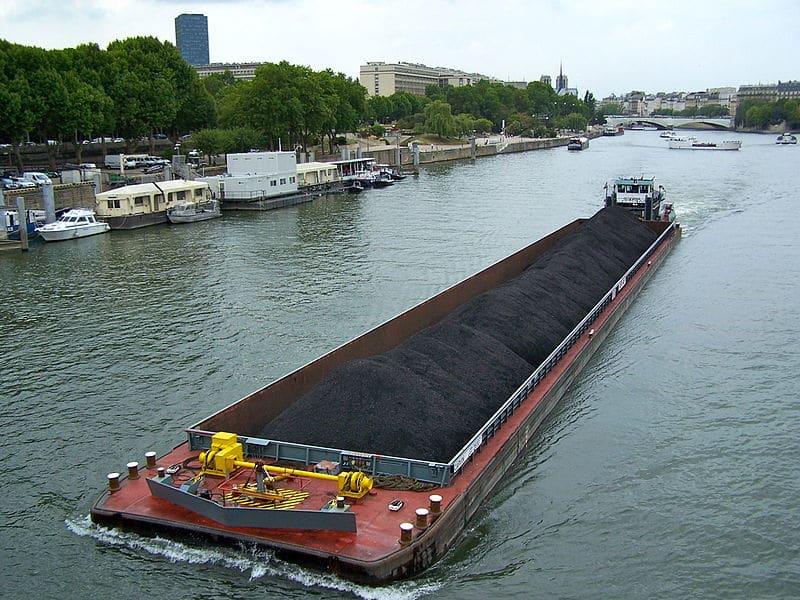 Le pousseur Occitania et sa barge chargée de charbon à destination de la centrale thermique d'Ivry en aval de Paris