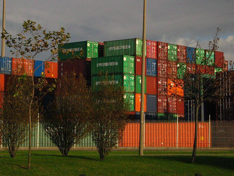 Conteneurs sur le port du Havre, Le Havre ; source : photographie personnelle de l'Utilisateur Urban, prise en octobre 2004, GFDL.