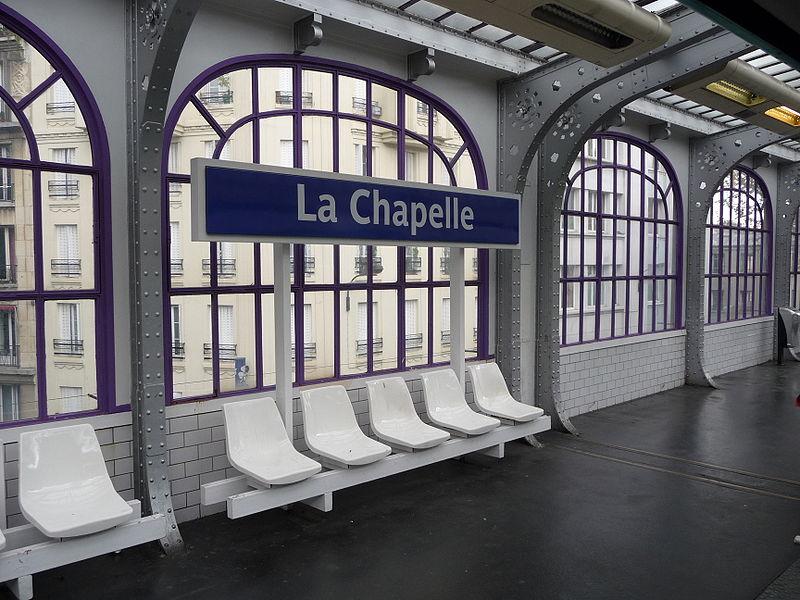 La station La Chapelle illustre le cas des stations aériennes : la couleur s'inscrit sur les entourages des vitrages, les sièges reposent sur des structures métalliques.