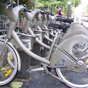 Rangée de vélos stationnés sur les bornes d'attache d'une station Vélib' près du métro Cité.