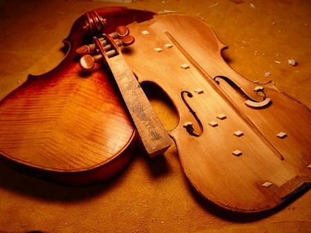 Violin restoration - Droit d'auteur: Wikipédia – License CC0