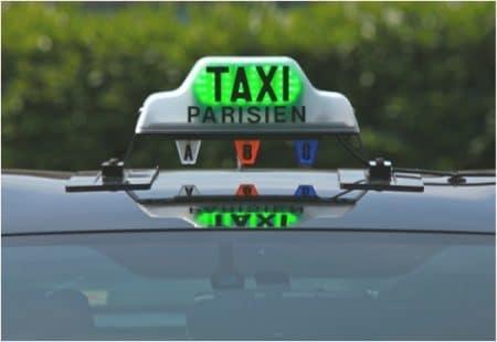 Nouveau lumineux taxi vert rouge - Droit d'auteur: Wikipédia – License CC0