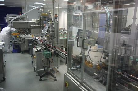 Laboratoires Arkopharma - Chaine de conditionnement remplissage piluliers - Droit d'auteur: Wikimédia – License CC0