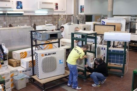 Refrigeration and air conditioning workshop - Droit d'auteur : Wikimedia CC0