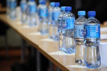 L'eau Minéraux Bouteille En Plastique Bouchon - Droit d'auteur: Pixabay – License CC0