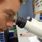 Chercheur avec un microscope