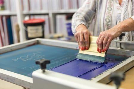 femme dans un atelier de sérigraphie