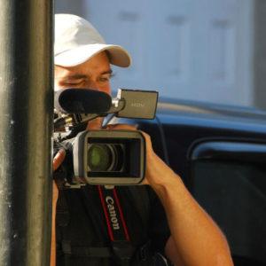 Cameraman avec une casquette