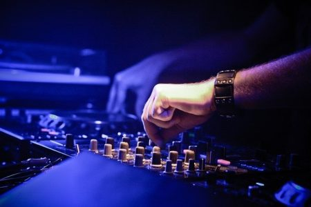 technicien du son utilisant une table de mixage