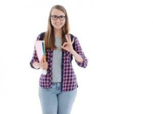 femme en chemise avec des documents