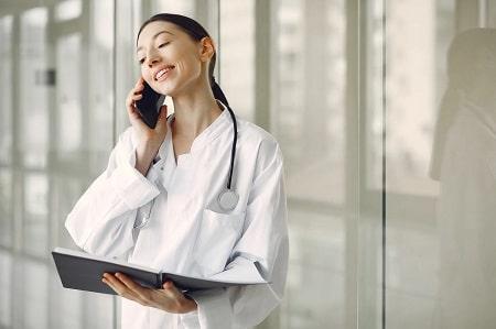 Cadre de santé au téléphone