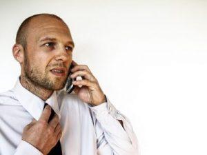 Homme portant une chemise et une cravate