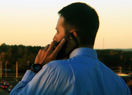 responsable en chemise au téléphone