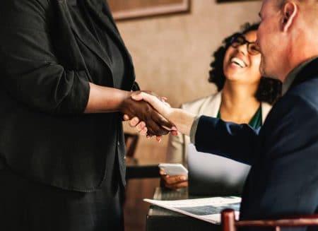 poignée de main et sourire en réunion
