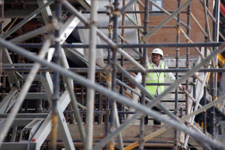 homme inspectant une structure metallique