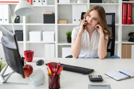 commerciale au téléphone dans un bureau