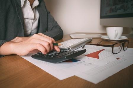 comptable en activité dans son bureau